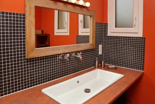 Jakie meble sprawdzą się w łazience – drewniane czy porcelanowe?
