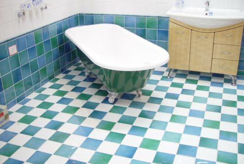 Czy warto wstawić wannę do małej łazienki?