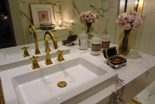 Modne i praktyczne dekoracje łazienkowe