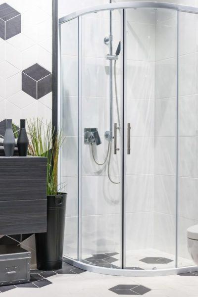 Jak pozbyć się zacieków na kabinie prysznicowej?